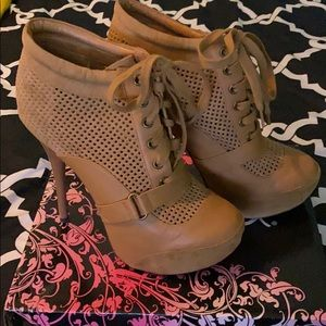 Qupid Camel Pu Booties Size 9